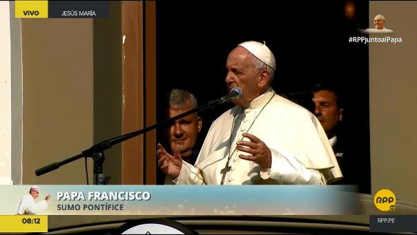 El papa Francisco reza junto a los fieles