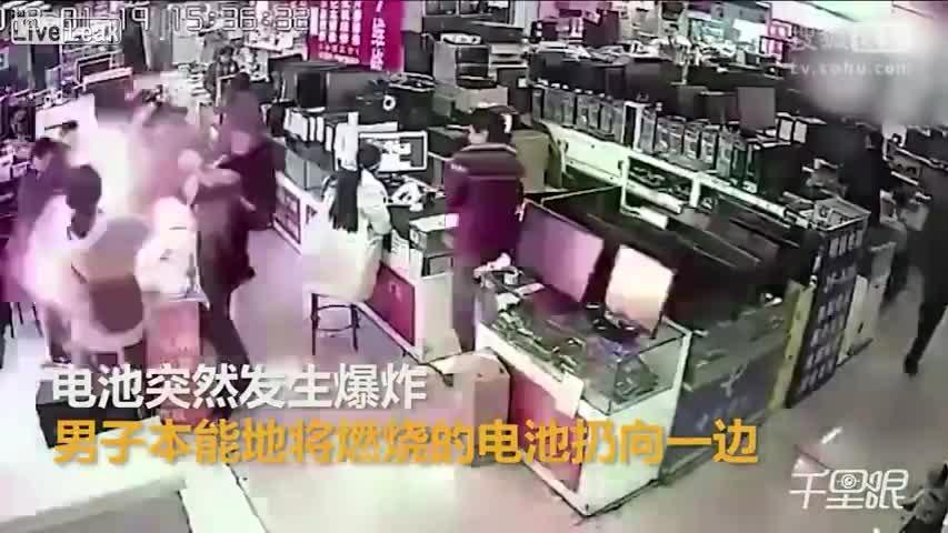 Las cámaras de seguridad del centro comercial captaron el momento de la explosión.