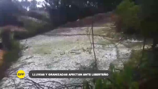 En Santiago de Chuco, transportistas hacen maniobras para evitar accidentes por el granizo que cubre la carretera.