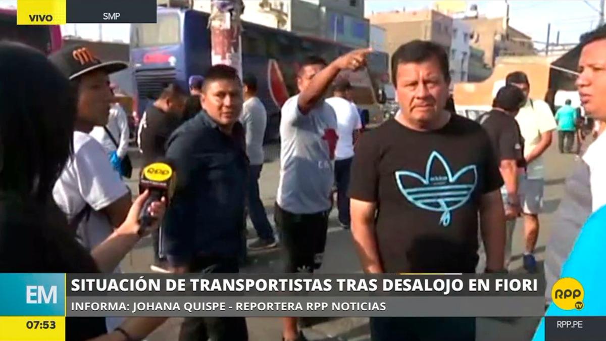 Comerciantes de Fiori trabajan provisionalmente en un calle cercana al exterminal mientras reclaman ser reubicados.