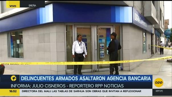 El banco se encuentra cercado para que la Policía realice las pericias.