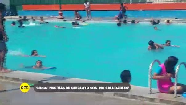 Decenas de personas acuden diariamente a las piscinas