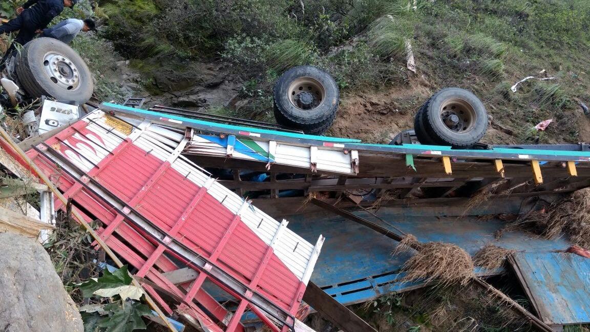 Camión cayó al abismo.