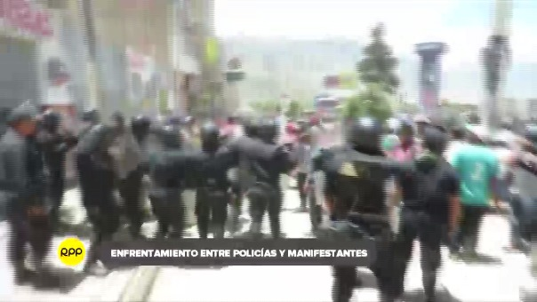 En su intento de liberar a los revoltosos, manifestantes atacaron la comisaría lo que generó la respuesta de los efectivos.
