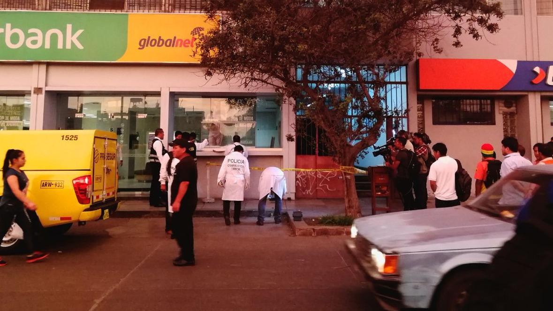 La policía no reportó heridos en el asalto.