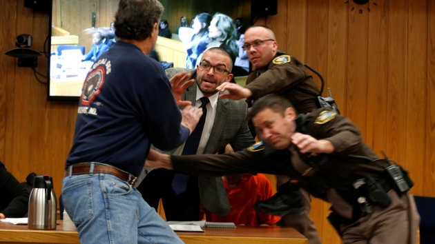 El momento exacto en el que Randall Margraves intenta agredir a Larry Nassar.