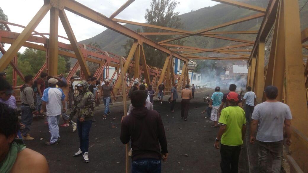 Transportistas y agricultores se enfrentaron en puente Esteban Pavletichde Huánuco.