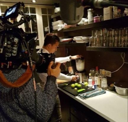 Cristian Benavente preparó ceviche y pisco sour hace unos días en un reportaje de la prensa belga.