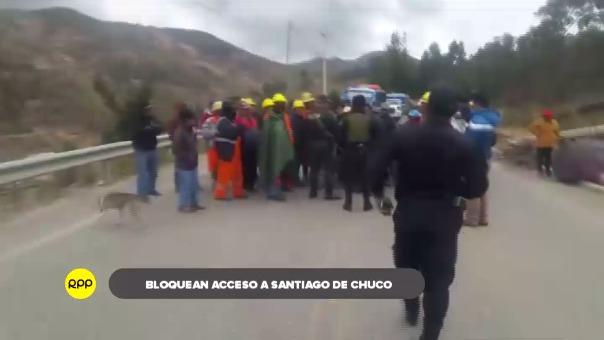 Camiones y buses varados por bloqueo de vía.