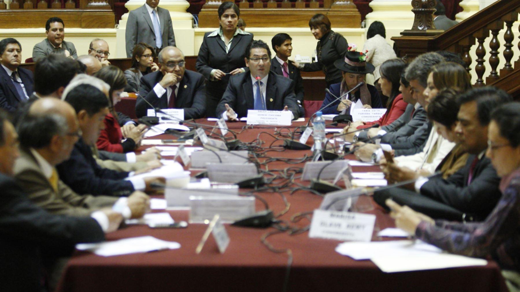 La Comisión de Justicia tenía pactado reunirse a las 10 de la mañana. El presidente de esta mesa señaló que solo faltó un congresista para poder sesionar.