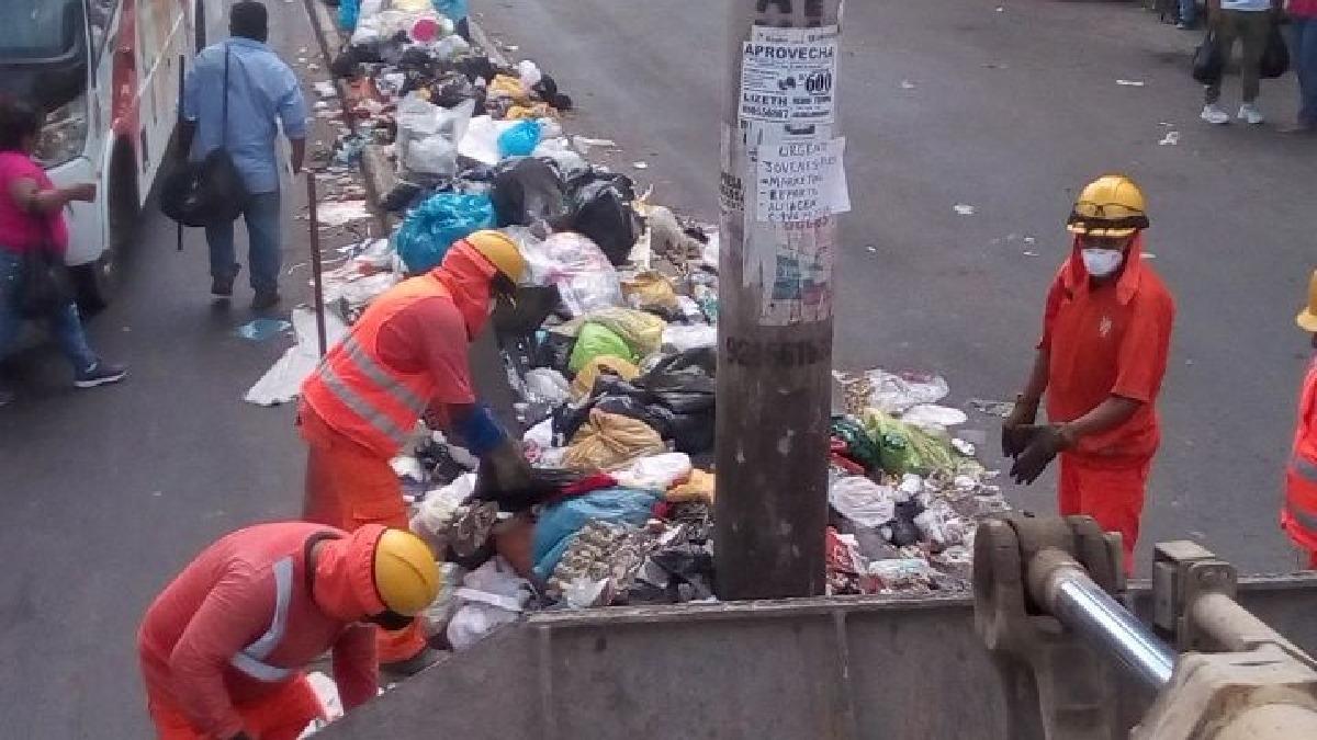 Trabajadores de obras públicas se suman a labores de recojo de basura.