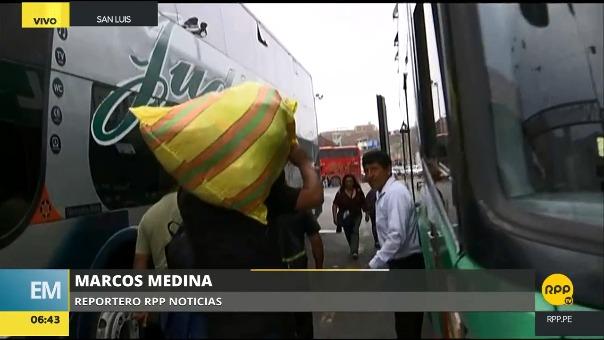 Buses que van al centro del país siguen saliendo del terminal de Yerbateros a pesar del cierre de la Carretera Central.