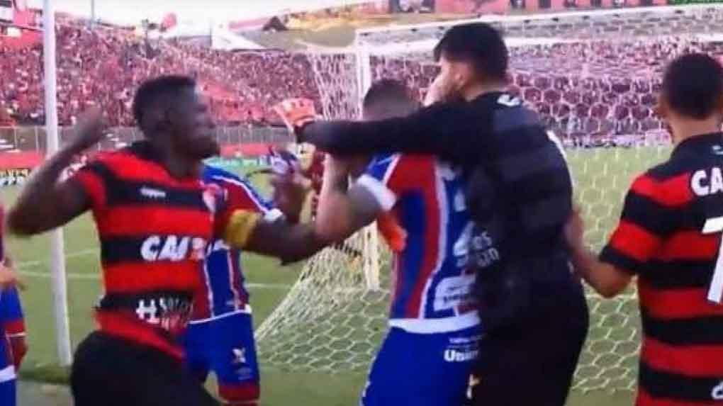 El partido entre Bahía y Vitoria de Brasil terminó a golpes.