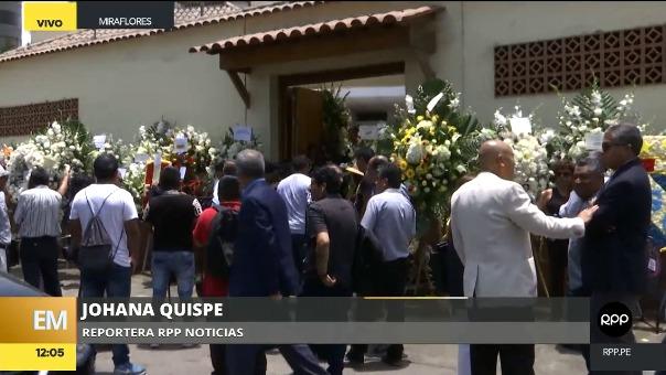 ewqewEntre varios arreglos florales, los amigos, colegas, familiares y seguidores de Daniel Peredo siguen llegando a su velorio.
