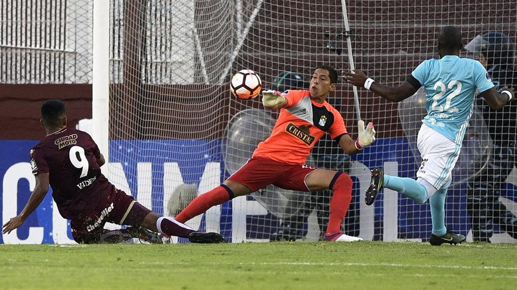 Patricio Álvarez no pudo evitar la caída de su portería contra Alejandro Silva.