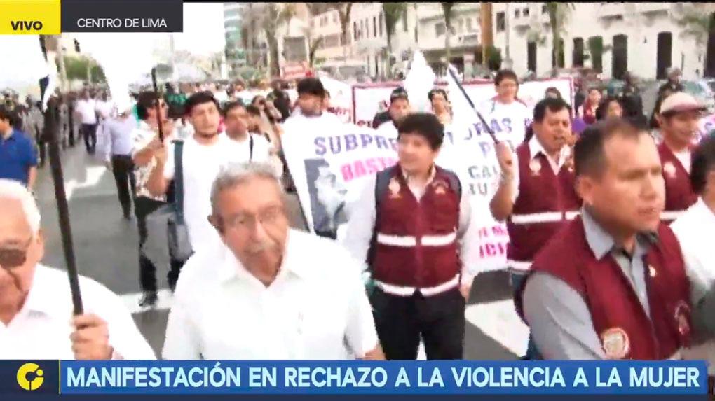 Manifestantes se desplazan por las calles de Lima en rechazo a la violencia a la mujer.