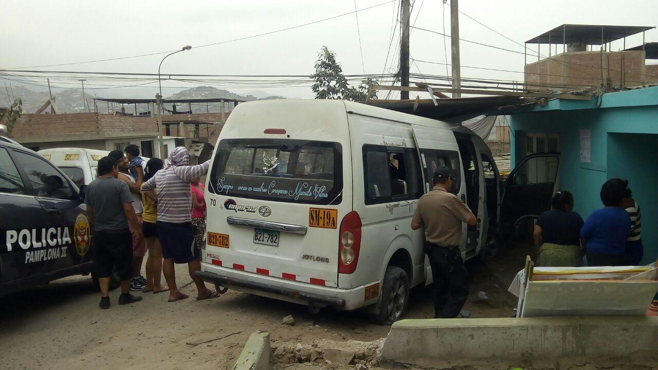 Combi chocó impacto en la fachada colegio inicial dejando daños materiales en el distrito de San Juan de Lurigancho.