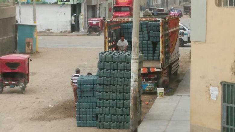 Denuncian que personas viajan escondidos en las tolvas de camiones en Chiclayo.