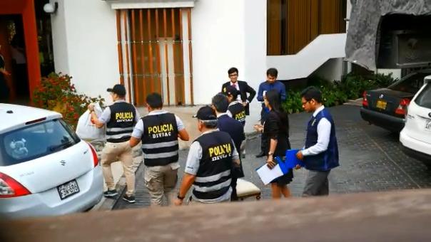 El momento en el que el grupo de fiscales ingresa la casa del ex ministro de Transportes de Alberto Fujimori, Jaime Yoshiyama.