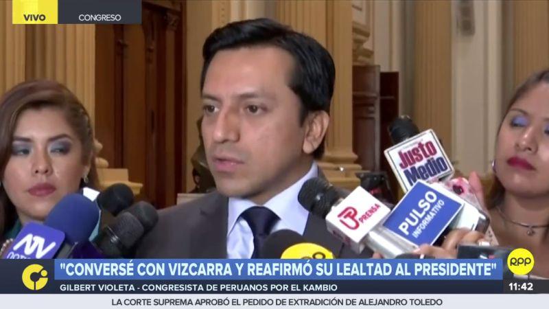 Gilbert Violeta habló con la prensa en la sede del Congreso.