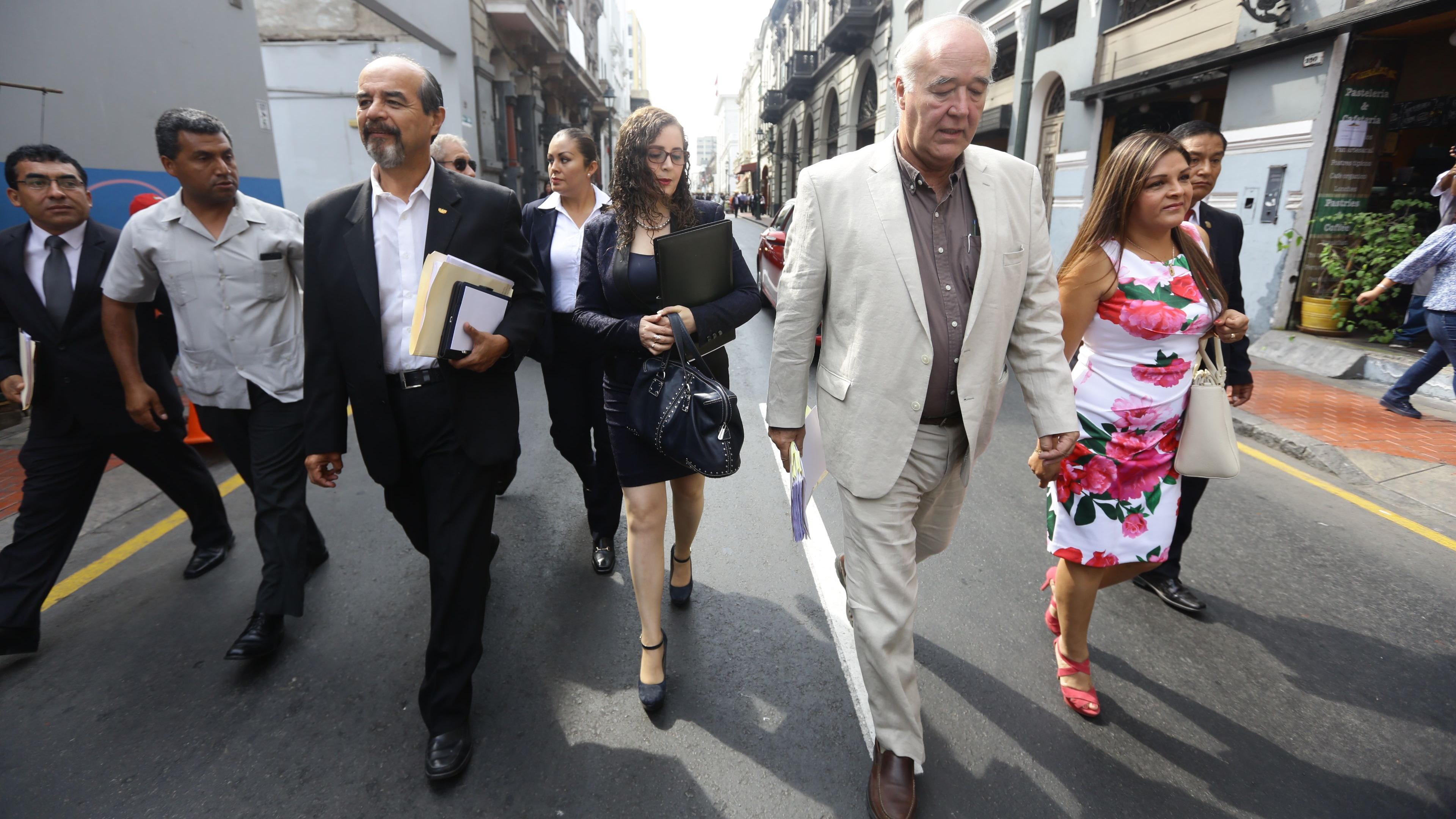 Congresistas caminan hasta Palacio.