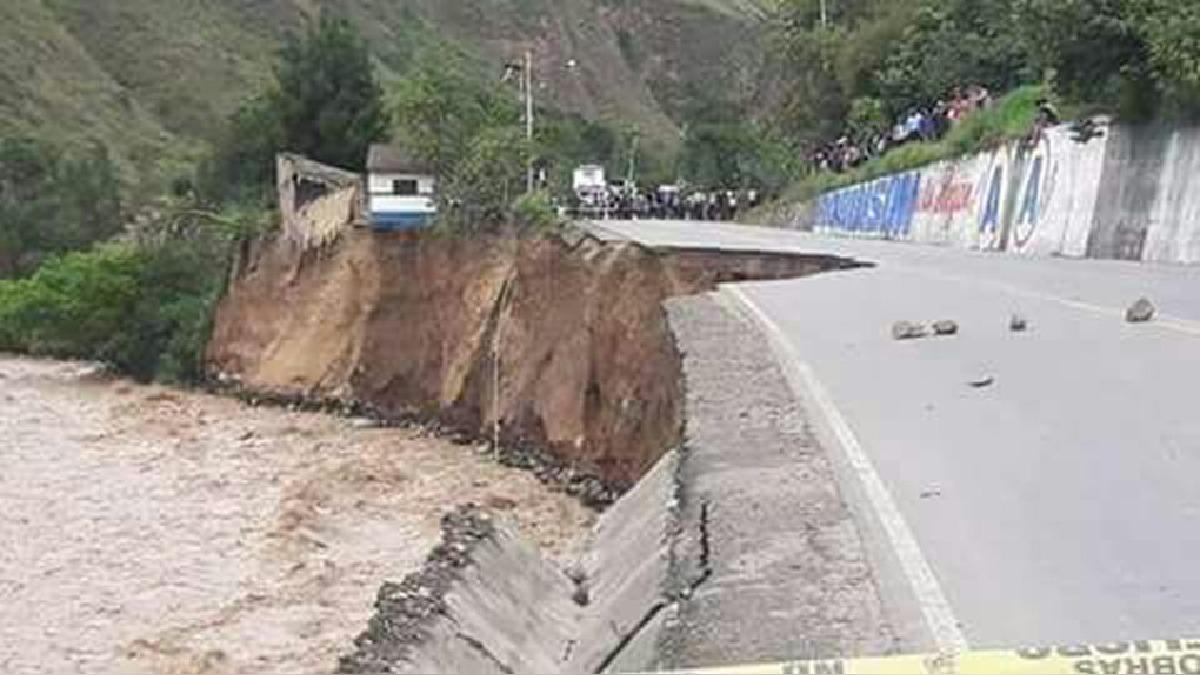 Desbore del río Huallaga arrasó con plataforma de la Carretera Central.