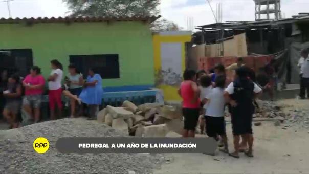 Moradores continúan viviendo en condiciones precarias y sus viviendas siguen destruidas.