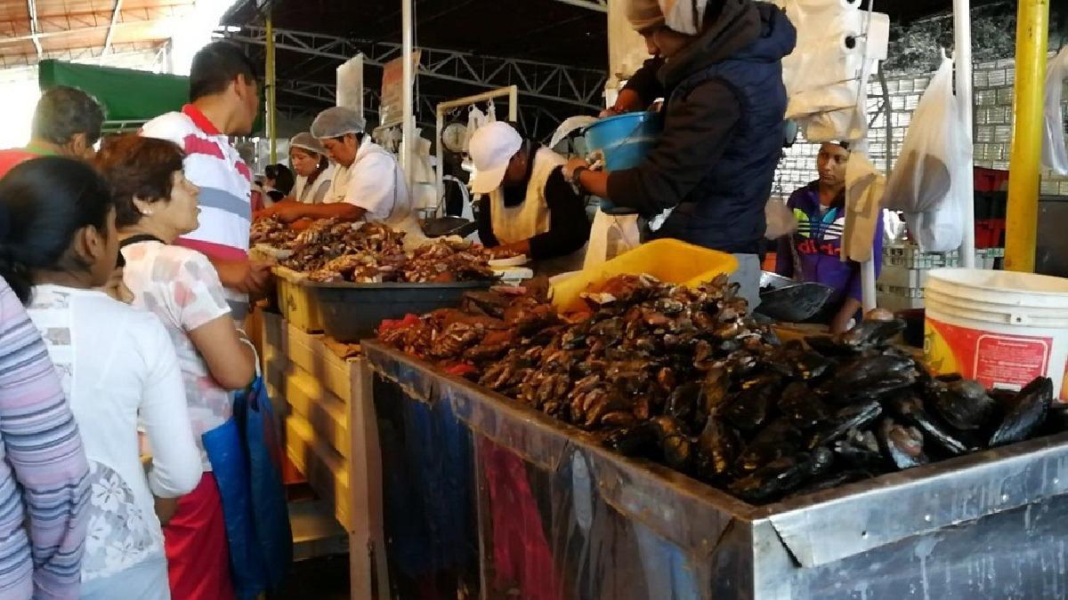 Comerciantes impidieron decomiso de productos prohibidos y los siguen vendiendo.