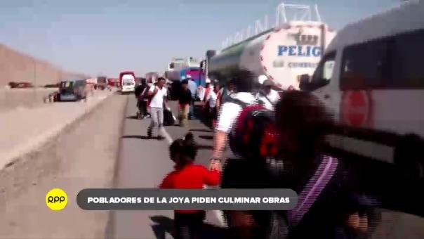 Pobladores de La Joya bloquean la Panamericana Sur a la altura del Km 48.