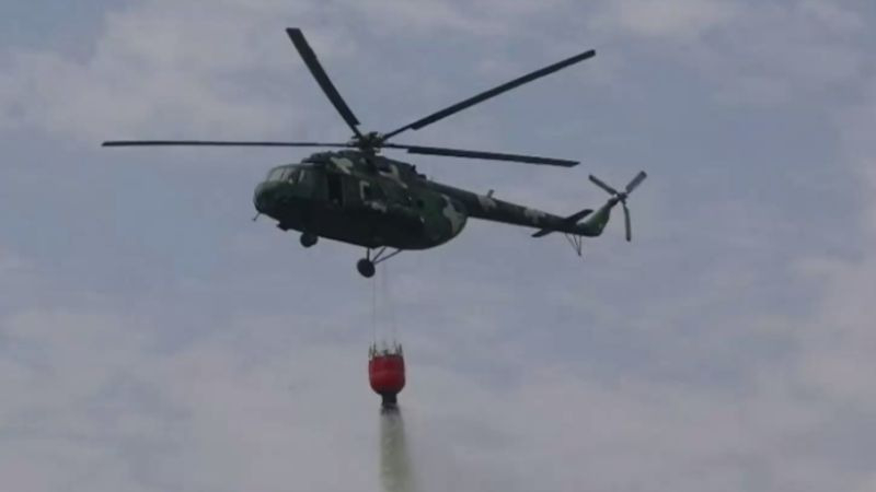 La Fuerza Aérea cuenta con varios helicópteros implementados con el dispositivo Bambi Bucket, que puede trasladar hasta cuatro mil litros de agua.