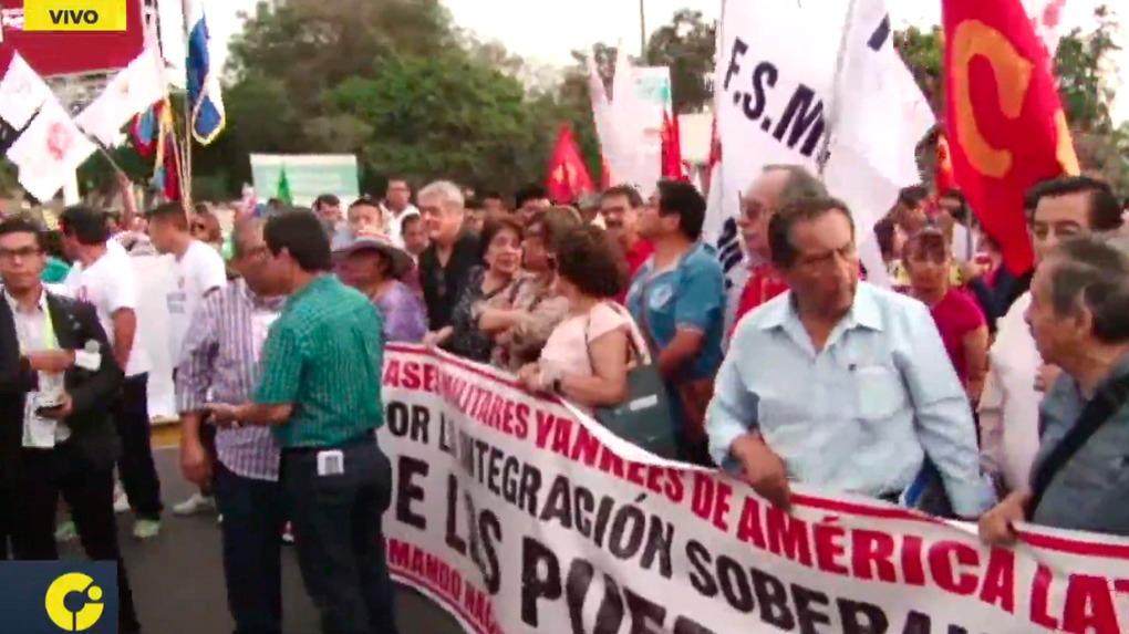 Manifestantes marchan en apoyo a Nicolás Maduro.