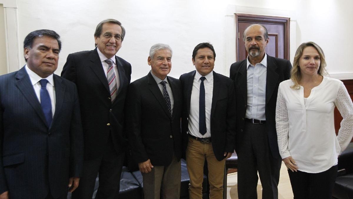 César Villanueva se reúne con las bancadas antes de su presentación en el Congreso.