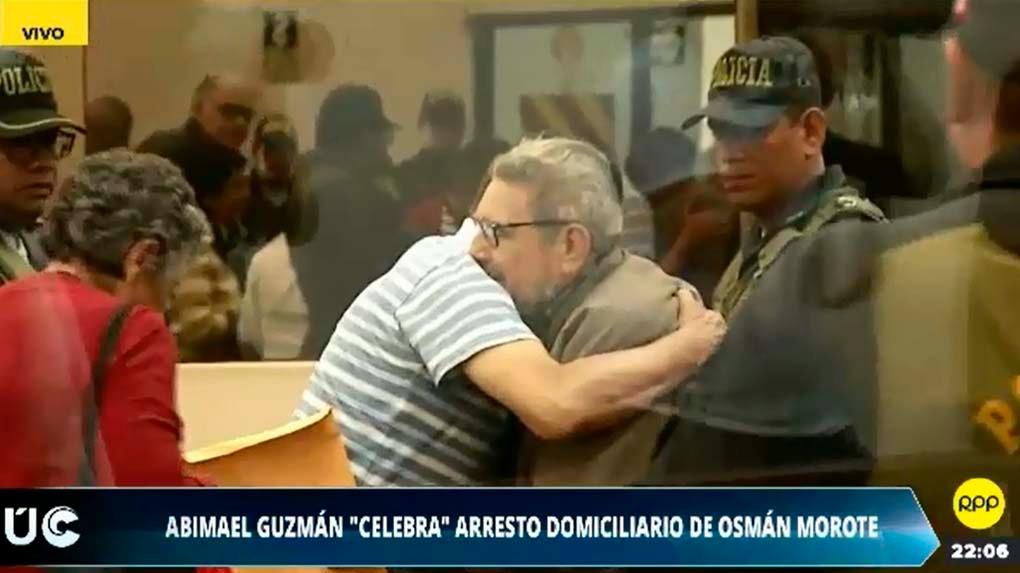 Abimael Guzmán Reynoso recibe el abrazo de Osmán Morote tras conocer la resolución del Poder Judicial. En la peor época del terrorismo senderista Morote era el número dos de la organización después de Guzmán.