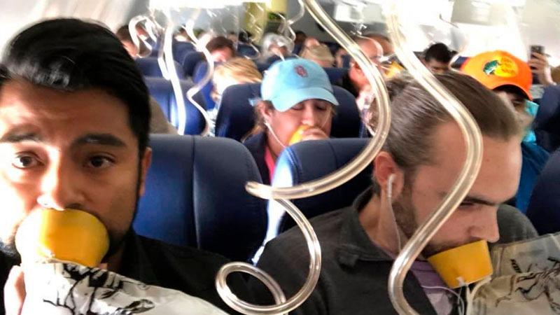 El joven accedió a internet luego de que la cabina de pasajeros comenzara a despresurizarse tras la rotura de una ventana.