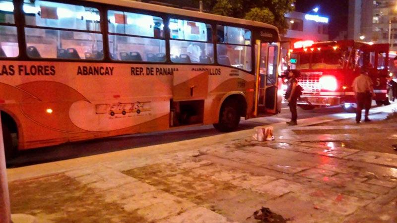 Un hombre prendió fuego a los pasajeros de un bus en la avenida 28 de Julio.