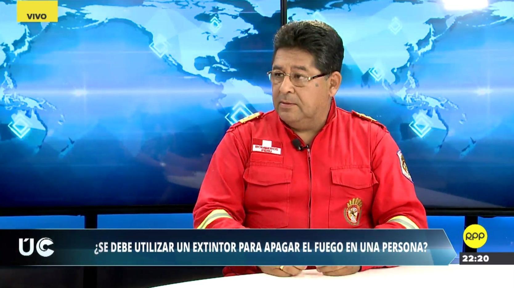 El bombero Marcos Pajuelo brindó recomendaciones para asistir a una persona en llamas.