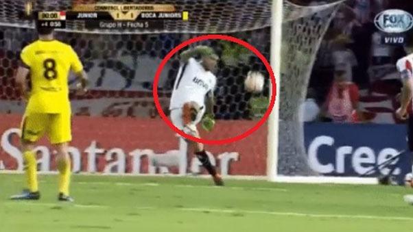 Agustín Rossi casi comete el peor blooper de la Copa Libertadores.