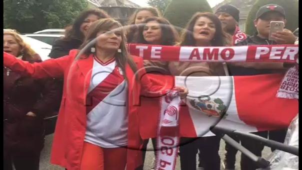 Hinchas peruanos aguardan la llegada de Paolo Guerrero