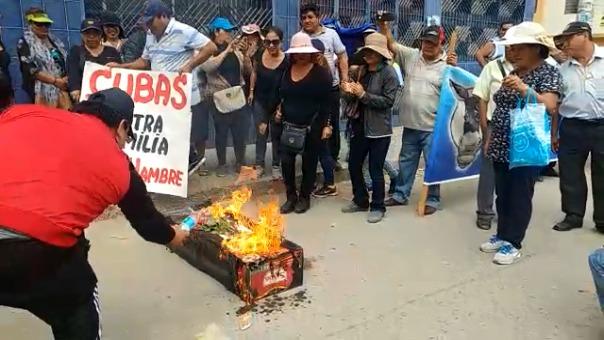 Los trabajadores llegaron hasta la cuadra 9 de la avenida México donde está el local comercial del alcalde Cubas Coronado
