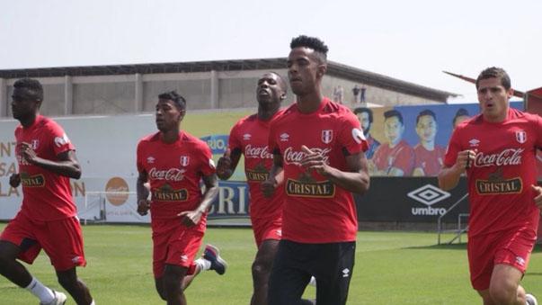 Luis Advíncula (Centro) ya entrena con sus demás compañeros de la Selección Peruana.