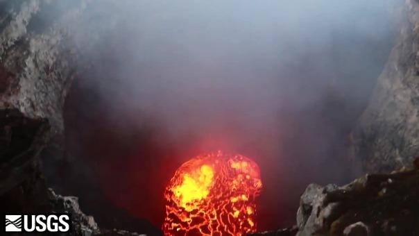 Un video de la USGS grabado desde el borde del cráter dle volcán Kilauea muestra la actividad volcánica que aún es latente.