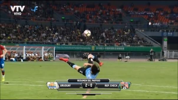 Edinson Cavani rompió esquemas con un golazo acrobático ante República Checa.