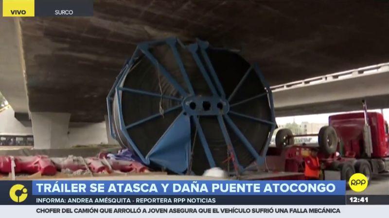 La carga del camión dañó parte de la estructura del puente.