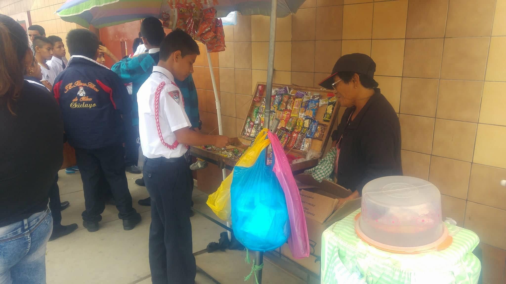 Ella, siempre sonriente, vende golosinas desde 1982 en la puerta del colegio Rosa Flores de Oliva de Chiclayo.