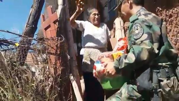 Agentes Kallpa, sorprendieron con regalo a humilde anciana que no recibió visitas por el Día de la Madre.