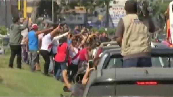 Paolo Guerrero fue saludado por hinchas en su recorrido tras llegar a Lima.