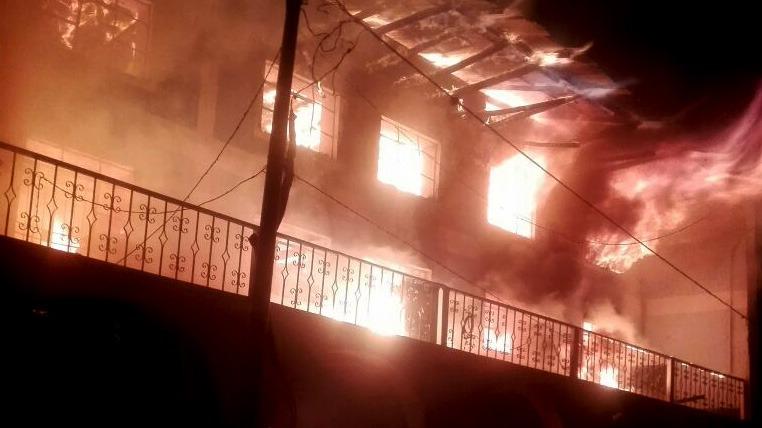 El fuego comenzó en el segundo y tercer piso del local municipal.