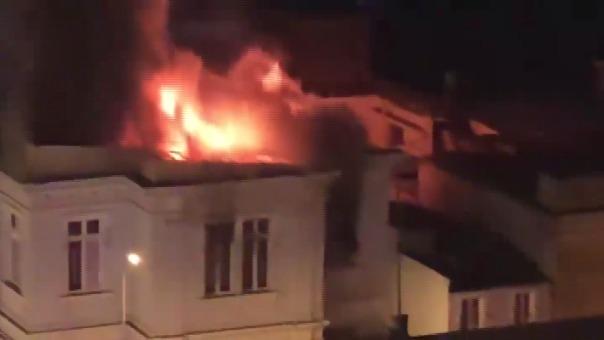 Un nuevo incendio se registra en Lima. El interior de un edificio ubicado en el cruce de las avenidas Guzmán Blanco y Jirón Tarma se ve afectado por el fuego.