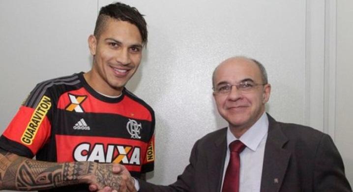 Paolo Guerrero y el presidente de Flamengo.
