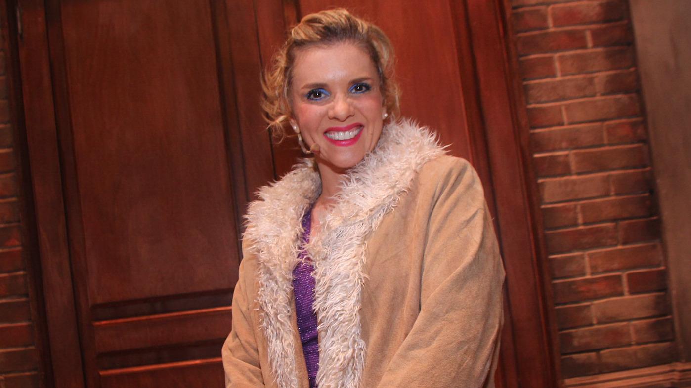 Johanna San Miguel interpreta a la Señorita Wilkinson e invita al público a ver